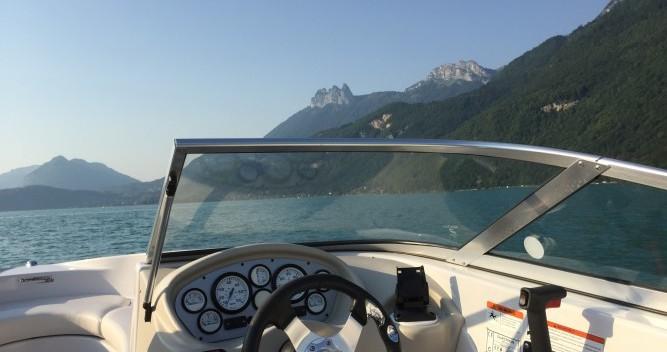 Barca a motore a noleggio a Annecy al miglior prezzo