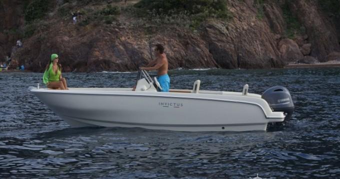 Noleggio Barca a motore con o senza skipper Invictus  a Saint-Laurent-du-Var