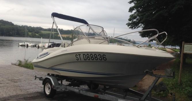 Barca a motore a noleggio a Lac de Pareloup al miglior prezzo