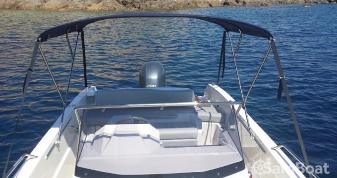 Barca a motore a noleggio a Golfe de Santa Giulia al miglior prezzo
