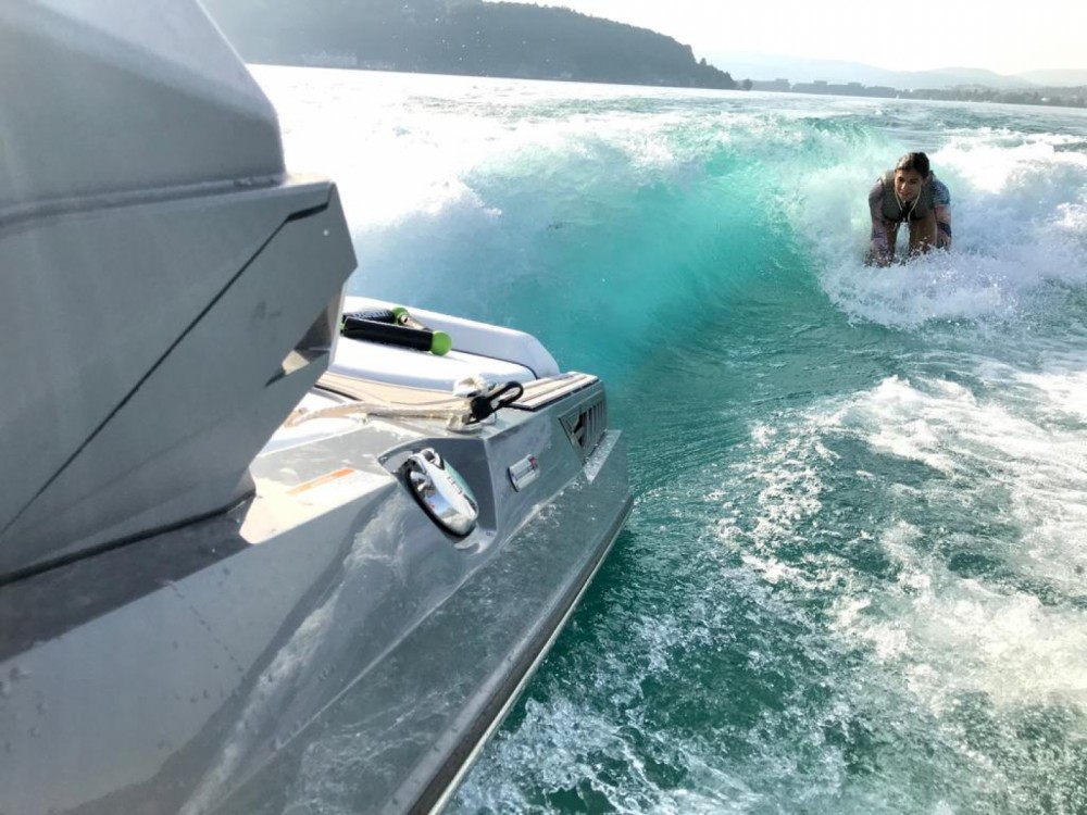 Barca a motore a noleggio Annecy al miglior prezzo
