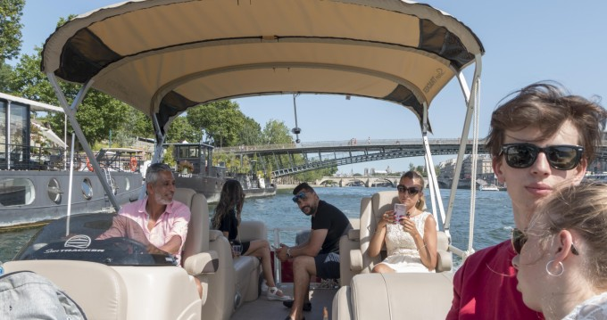 Suntracker Party Barge 24 tra privati e professionisti a Parigi