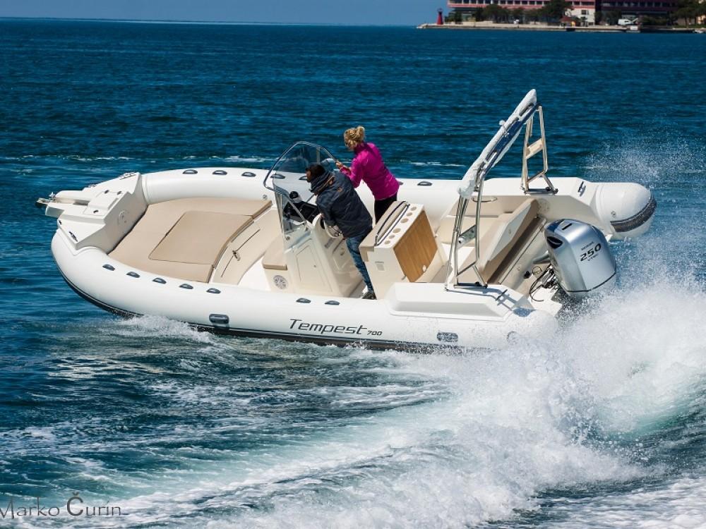 Noleggio yacht Zara - Cantiere TEMPEST 700 + Honda 250 su SamBoat