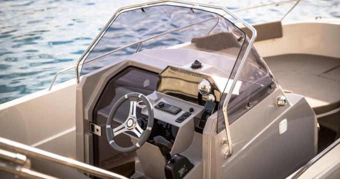 Barca a motore a noleggio a Podgora al miglior prezzo