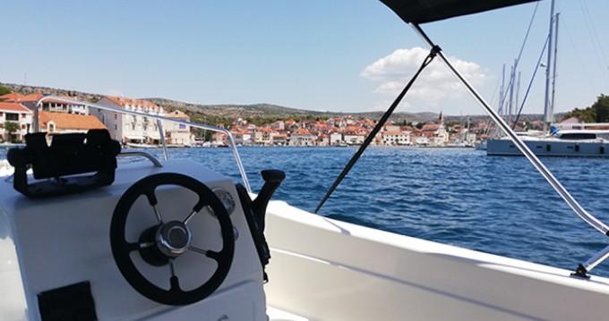 Barca a motore a noleggio a Milna al miglior prezzo