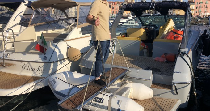 Barca a motore a noleggio a Baia al miglior prezzo