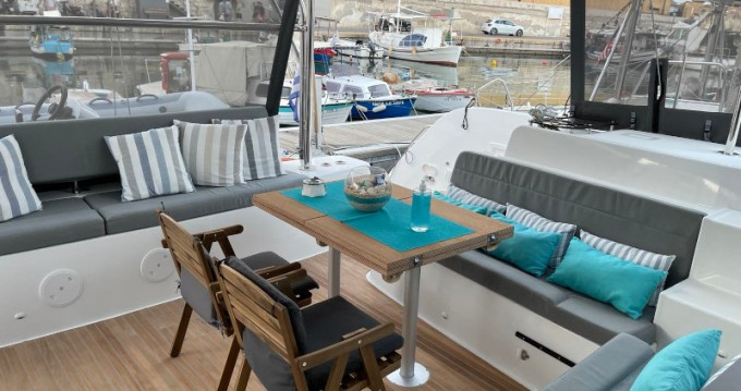 Catamarano a noleggio a Piraeus al miglior prezzo